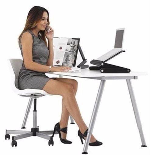 bureau avec un aménagement de place de l'ordinateur