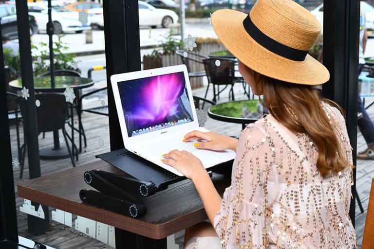 une femme dans un bar avec un ordianteur portable parfaitement ajusté