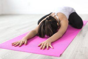 étirement du cou pour soulager la douleur cervicale